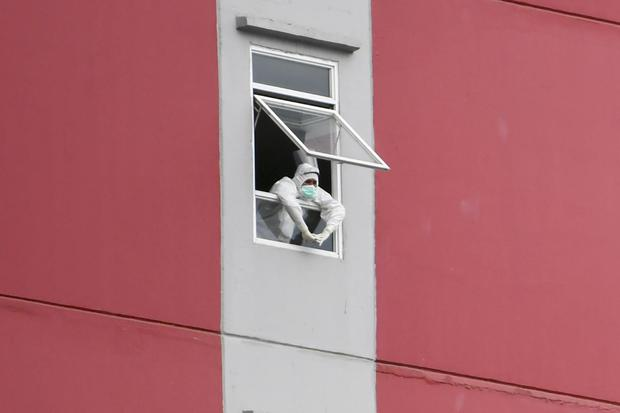 Petugas tenaga kesehatan beraktivitas di Rumah Sakit Darurat COVID-19 Wisma Atlet Kemayoran di Jakarta, Minggu (15/11/2020). Ketua Satgas Penanganan COVID-19 sekaligus Kepala BNPB Letjen TNI Doni Monardo mengatakan selama dua minggu terakhir angka kasus k