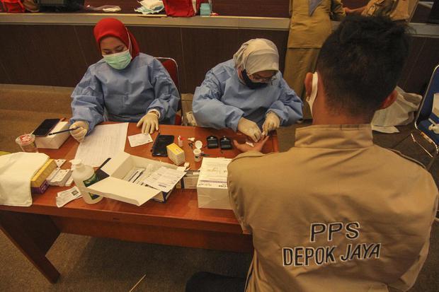 Petugas kesehatan mengambil sampel darah anggota PPS saat mengikuti tes cepat di Kantor Wali Kota, Depok, Jawa Barat, Senin (16/11/2020). Sebanyak 294 petugas anggota PPS dan PPK se-Kota Depok mengikuti tes cepat COVID-19 guna memastikan kondisi sehat dan