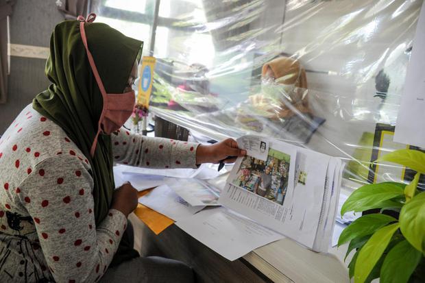 Petugas Kelurahan melayani pelaku UMKM untuk mendaftarkan usaha di Kantor Kelurahan Cisaranten Endah, Bandung, Jawa Barat, Senin (16/11/2020). Dinas Koperasi dan Usaha Kecil Menengah (KUMKM) Kota Bandung kembali membuka pendaftaran bantuan langsung tunai