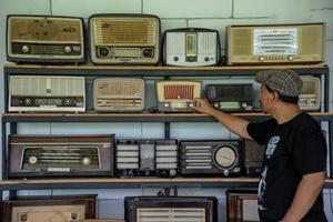 PELESTARI RADIO ANTIK DI BANDUNG