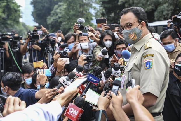 Gubernur DKI Jakarta Anies Baswedan memberikan keterangan kepada wartawan saat tiba di Mapolda Metro Jaya, Jakarta, Selasa (17/11/2020). Gubernur DKI Jakarta Anies Baswedan dipanggil pihak kepolisian untuk dimintai keterangan terkait pelanggaran protokol