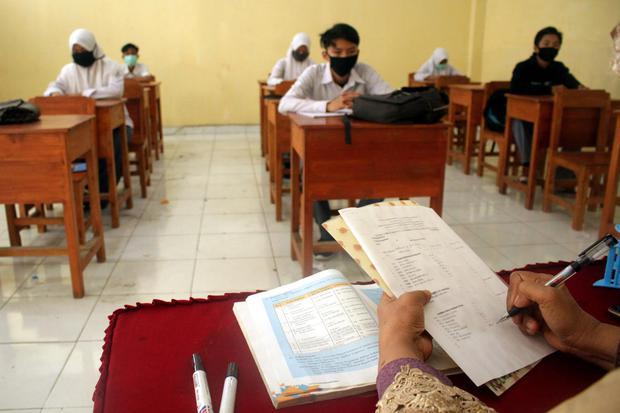 Seorang guru menerangkan materi pelajaran saat kegiatan belajar mengajar secara tatap muka di SMK Muhammadiyah 5 Tello Baru, Makassar, Sulawesi Selatan, Selasa (17/11/2020). Kegiatan belajar mengajar di sekolah tersebut dilakukan secara tatap muka dengan