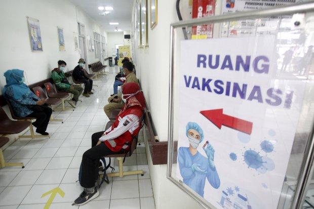 Sejumlah relawan antre untuk di vaksin pada simulasi vaksinasi COVID-19 di Puskesamas Tanah Sareal, Kota Bogor, Jawa Barat, Rabu (18/11/2020). Menteri Kesehatan (Menkes) Terawan Agus Putranto mengatakan, pemerintah menargetkan imunisasi COVID-19 akan dibe