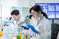 Ilustrasi peneliti melakukan riset di laboratorium
