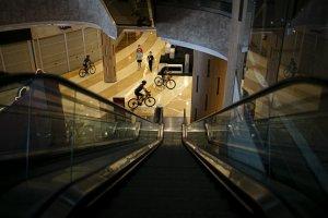 Bersepeda di Pusat Perbelanjaan