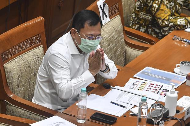 Menteri Kesehatan Terawan Agus Putranto memberi salam saat mengikuti Rapat Kerja (Raker) dengan Komisi IX DPR di Kompleks Parlemen Senayan, Jakarta, Kamis (10/12/2020). Rapat tersebut membahas persiapan vaksinasi COVID-19 dan sumber pembiayaannya serta re
