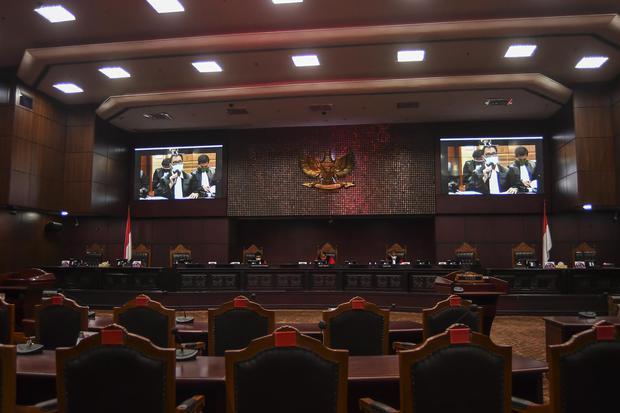 Ketua Mahkamah Konstitusi (MK) Arief Hidayat (tengah) bersama Hakim Konstitusi Manahan MP Sitompul (kiri) dan Saldi Isra (kanan) memimpin sidang Pengujian Materiil Undang-Undang Nomor 11 Tahun 2020 tentang Cipta Kerja terhadap UUD 1945 di ruang sidang ple