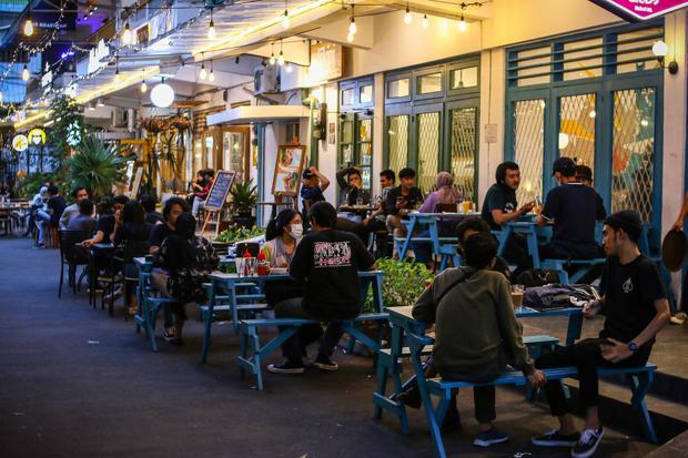 Pengunjung menikmati hidangan di salah satu restoran kawasan M Bloc Space, Blok M, Jakarta, Sabtu (19/12/2020). Menjelang libur Natal dan Tahun Baru 2021, Pemprov DKI melakukan pembatasan jam operasional restoran hingga pukul 19.00 WIB mulai 18 Desember 2