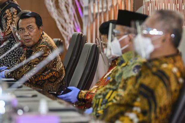 Ketua Mahkamah Agung (MA) Syarifudin (kiri) bersama jajaran Hakim Agung MA menyampaikan Refleksi Akhir Tahun 2020 di Kantor MA, Jakarta, Rabu (30/12/2020). Sepanjang tahun 2020, Mahkamah Agung mencatat terdapat 3.512 perkara yang telah diregister lembaga