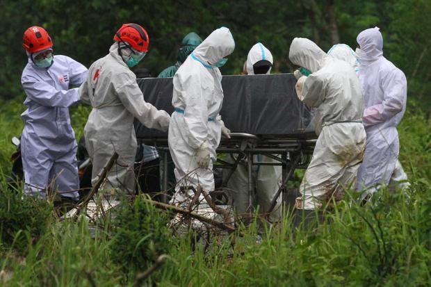 Petugas yang mengenakan APD memakamkan jenazah pasien COVID-19 di Tempat Pemakaman Umum (TPU) Kiduldalem, Malang, Jawa Timur, Jumat (1/1/2021). Pada hari pertama di tahun 2021, Unit Pelaksana Teknis (UPT) Pengelola Pemakaman Umum Dinas Lingkungan Hidup s