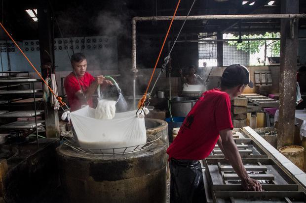 Perajin tahu memproduksi tahu berbahan kedelei di desa Krajan, Mojosongo, Solo, Jawa Tengah, Senin (4/1/2021). Menurut perajin mereka terpaksa mengurangi jumlah produksi hingga mengurangi ukuran tahu akibat naiknya harga kacang kedelei impor yang semula R