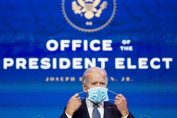 Kevin Lamarque Presiden AS terpilih Joe Biden melepaskan maskernya saat tiba untuk mengumumkan calon Departemen Kehakiman pilihannya di kantor pusat transisi di Wilmington, Delaware, Amerika Serikat, Kamis (7/1/2021).