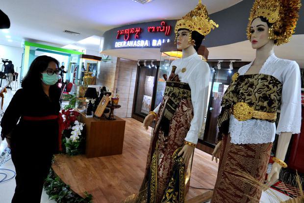 Pengunjung mengamati produk kerajinan UMKM saat Peluncuran Gerakan Nasional Bangga Buatan Indonesia 2021 di Bandara Internasional I Gusti Ngurah Rai, Badung, Bali, Senin (11/1/2021). Gerakan tersebut diharapkan dapat meningkatkan sektor UMKM dengan mendor