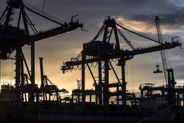 Suasana Terminal 3 Pelabuhan Tanjung Priok, Jakarta, Selasa (12/1/2021). Kementerian Perdagangan menargetkan neraca perdagangan di 2021 akan mengalami surplus US$ 1 miliar, ekspor riil barang dan jasa tumbuh 4,2 persen, ekspor nonmigas tumbuh 6,3 persen d