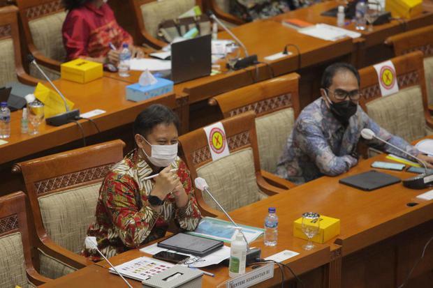 Menteri Kesehatan Budi Gunadi Sadikin (kiri) didampingi Direktur Utama PT Bio Farma (Persero) Honesti Basyir (kanan) menghadiri rapat kerja dengan Komisi IX DPR di Kompleks Parlemen Senayan, Jakarta, Selasa (12/1/2021). Rapat tersebut membahas persiapan j