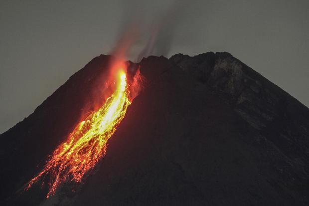 Guguran lava terlihat dari Desa Hargobinangun, Pakem, Sleman, DI Yogyakarta, Minggu (17/1/2021). Menurut data Balai Penyelidikan dan Pengembangan Teknologi Kebencanaan Geologi (BPPTKG) aktivitas seismik Gunung Merapi menurun sehingga probabilitas letusan