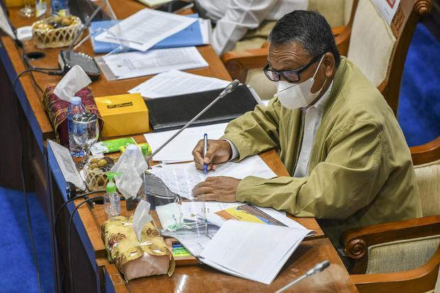 Menteri Energi dan Sumber Daya Mineral (ESDM) Arifin Tasrif mengikuti rapat kerja dengan Komisi VII DPR di Kompleks Parlemen, Senayan, Jakarta, Selasa (19/1/2021). Rapat kerja tersebut membahas strategis program kerja Kementerian ESDM tahun 2021 serta eva