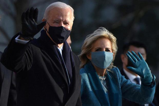 Callaghan O'Hare Presiden Amerika Serikat Joe Biden dan Ibu Negara Jill Biden melambaikan tangan ke keramaian saat mereka menuju Gedung Putih setelah pelantikan presiden 2021, di Washington, Amerika Serikat, Rabu (20/1/2021).