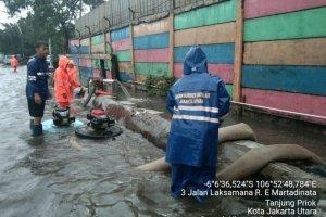 Banjir di Jl RE Martadinata, Jakarta Utara, Minggu (24/1) pagi. (Foto: Antara)