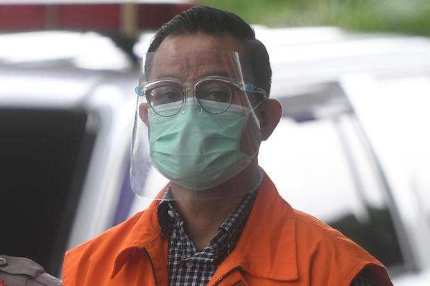 Mantan Menteri Sosial Juliari Peter Batubara di gedung KPK, Jakarta, Jumat (29/12/2020). Berstatus tahanan KPK dalam kasus suap pengadaan Bantuan Sosial (bansos), Juliari telah menerima vaksin Covid-19.