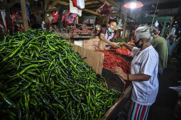 Pedagang cabai melayani pembeli di Pasar Senen, Jakarta, Senin (1/2/2021). Badan Pusat Statistik (BPS) mencatat inflasi Januari 2021 sebesar 0,26 persen, lebih lambat dibandingkan Desember 2020 yang sebesar 0,45 persen maupun Januari 2020 yang sebesar 0,3