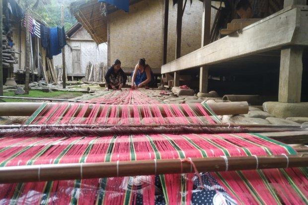 Kegiatan menenun pengrajin Baduy Craft