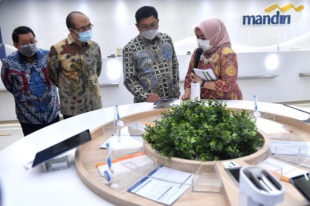 Direktur Utama Bank Mandiri Darmawan Junaidi (kedua kanan) mendapat penjelasan dari Kepala Cabang Nuri Saphira Virginia (kanan) disaksikan para nasabah yaitu Director PT Metropolitan Kentjana Tbk.