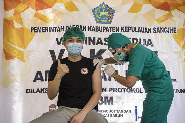 Seorang petugas memberikan suntikan vaksin kepada tenaga kesehatan dr Yafet Tandayu saat vaksinasi COVID-19 Sinovac , di Rumah Sakit Liun Kendage Tahuna, Sulawesi Utara, Senin (15/2/2021). Vaksinasi untuk mencegah COVID-19 tersebut merupakan tahap kedua