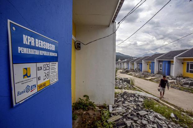 Pekerja beraktivitas di proyek pembangunan rumah bersubsidi di Bogor, Jawa Barat, Kamis (18/2/2021). PT Bank Tabungan Negara (Persero) Tbk dan Kementerian Pekerjaan Umum dan Perumahan Rakyat (PUPR) bekerja sama menyalurkan kredit pemilikan rumah (KPR) su