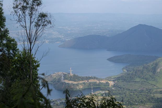 Foto aerial Danau Toba dari kawasan wisata menara pandang Tele di Turpuk Limbong, Harian, Kabupaten Samosir, Sumatera Utara, Minggu (21/2/2021). Wisata menara pandang tersebut menyajikan keindahan panorama Danau Toba hingga pegunungan Samosir dari atas ke