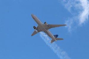 Pesawat Boeing 777-200 United Airlines alami gangguan mesin.