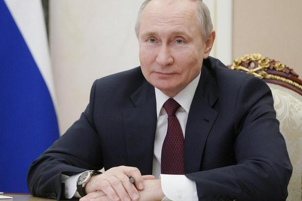 Presiden Rusia Vladimir Putin mengambil bagian dalam pertemuan dengan perwakilan komunitas dan penduduk Krimea dan Sevastopol melalui tautan video di Moskow, Rusia, Kamis (18/3/2021).