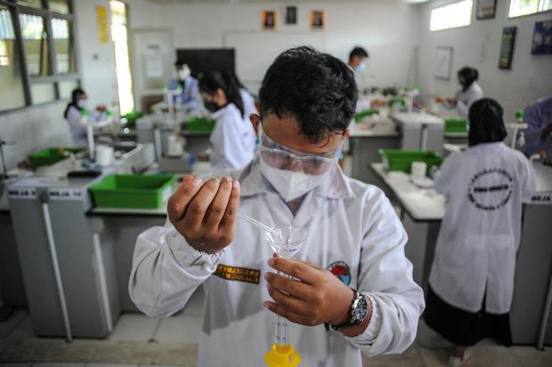 Siswa jurusan kimia industri tingkat akhir SMKN 2 Cimahi melaksanakan simulasi uji kompetensi di laboratorium kimia SMKN 2 Cimahi, Jawa Barat, Kamis (25/1/2021). SMKN 2 Cimahi menggelar simulasi dan pemberian konsultasi kepada siswa tingkat akhir dengan k