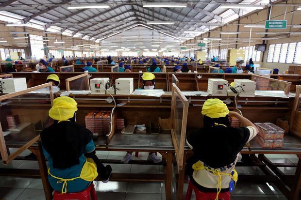 Buruh linting rokok beraktivitas di salah satu pabrik rokok di Blitar, Jawa Timur, Kamis (25/3/2021). Ada kemungkinan pembayaran THR tahun ini akan dicicil seperti tahun lalu.