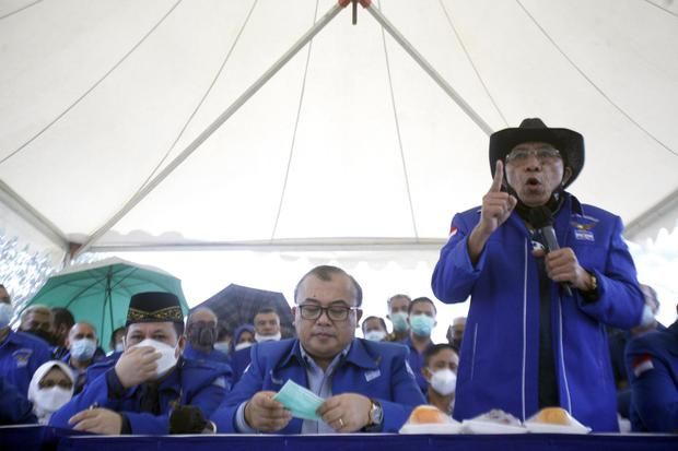 Ketua Dewan Kehormatan Partai Demokrat versi Kongres Luar Biasa (KLB) Max Sopacua (kanan) menyampaikan keterangan pers di kawasan Wisma Atlet Hambalang, Kabupaten Bogor, Jawa Barat, Kamis (25/3/2021). Dalam konferensi pers tersebut dibahas tentang situasi