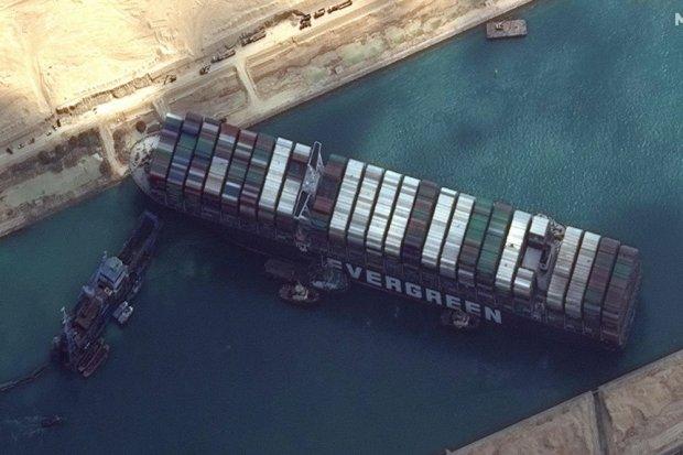 Kapal Peti Kemas MV Ever Given milik Jepang yang terdampar secara diagonal di Terusan Suez, menghambat lalu lintas perdagangan dunia.