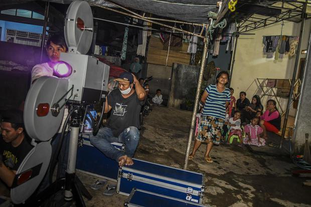 Ilustrasi efek Tyndall yang ada pada cahaya sinema saat pelaksanaan layar tancap di sekitar pemukiman warga