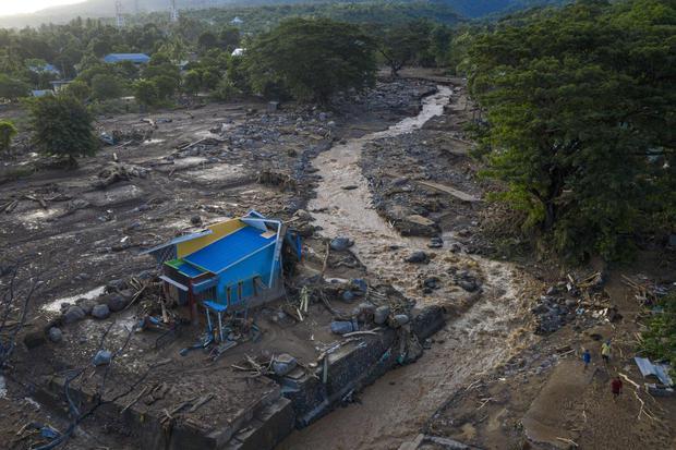 Foto udara kerusakan akibat banjir bandang di Adonara Timur, Kabupaten Flores Timur, Nusa Tenggara Timur (NTT), Selasa (6/4/2021). Cuaca ekstrem akibat siklon tropis Seroja telah memicu bencana alam di sejumlah wilayah di NTT dan mengakibatkan rusaknya ri