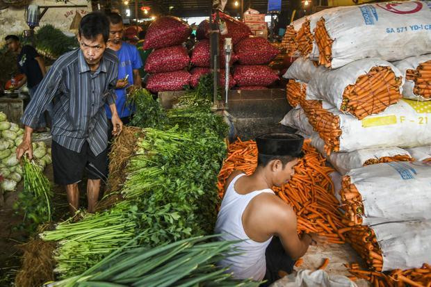 Pedagang di Pasar Induk Kramat Jati, Jakarta, Rabu (7/4/2021). Menteri Perdagangan Muhammad Lutfi mengatakan stok bahan pokok tersedia dengan harga yang stabil menjelang Ramadan 2021.