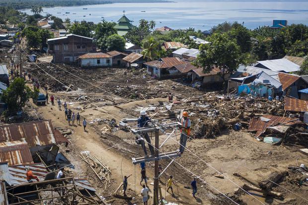 Sejumlah petugas memperbaiki jaringan listrik yang terputus akibat banjir bandang di Adonara Timur, Kabupaten Flores Timur, Nusa Tenggara Timur (NTT), Kamis (8/4/2021).