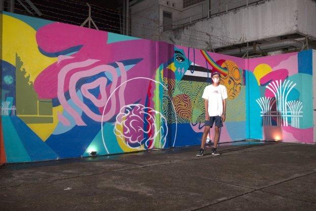 """Adi Dharma """"Stereoflow"""" dengan karya mural bertema """"Under the Same Sun"""" yang merupakan bagian dari kampanye SingapoReimagine di M Bloc Space, Jakarta, Kamis (8/4). Kampanye ini merupakan upaya pemerintah Singapura untuk menarik wisatawan Indonesia."""