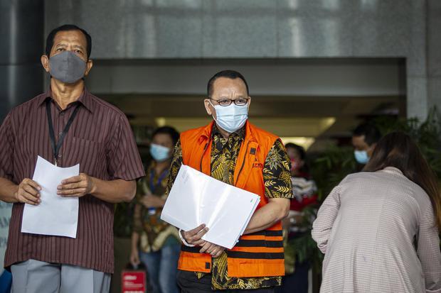 Tersangka mantan Sekretaris Mahkamah Agung (MA) Nurhadi (tengah) usai menjalani pemeriksaan di Gedung Merah Putih KPK, Jakarta, Kamis (15/4/2021). Nurhadi menjalani pemeriksaan sebagai saksi untuk tersangka Ferdy Yuman dalam kasus dugaan dengan sengaja me