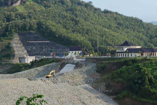 Pekerja menggunakan alat berat menyelesaikan proyek pembangunan Bendungan Bendo di Desa Ngindeng, Sawoo, Ponorogo, Jawa Timur, Sabtu (17/4/2021). Progres pembangunan Bendungan Bendo yang diproyeksikan mampu mengairi lahan pertanian seluas 73 ribu hektare