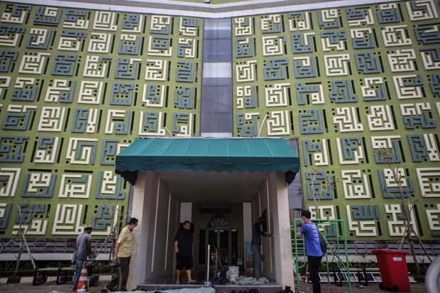 Sejumlah warga memasuki Masjid Asmaul Husna, Kelapa Dua, Kabupaten Tangerang, Banten, Sabtu (24/4/2021). Masjid tersebut menjadi salah satu destinasi wisata religi karena dianggap memiliki arsitektur unik di mana pada dinding bagian luar dipenuhi 99 nama
