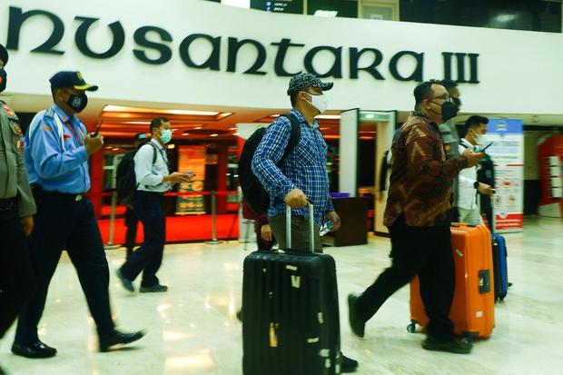 Penyidik KPK membawa sejumlah barang bukti seusai melakukan penggeledahan ruang kerja Wakil Ketua DPR Azis Syamsuddin di Kompleks Parlemen, Senayan, Jakarta, Rabu (28/4/2021). Penggeledahan tersebut untuk mengumpulkan bukti-bukti terkait kasus suap penyid