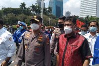 Kepala Polda Metro Jaya Inspektur Jenderal Fadil Imran (tengah) mengantar perwakilan buruh menuju gedung MK untuk penyampaian aspirasi pada Hari Buruh