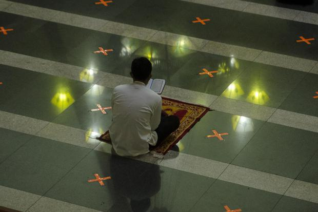 Ilustrasi seorang muslim membaca doa setelah salat.