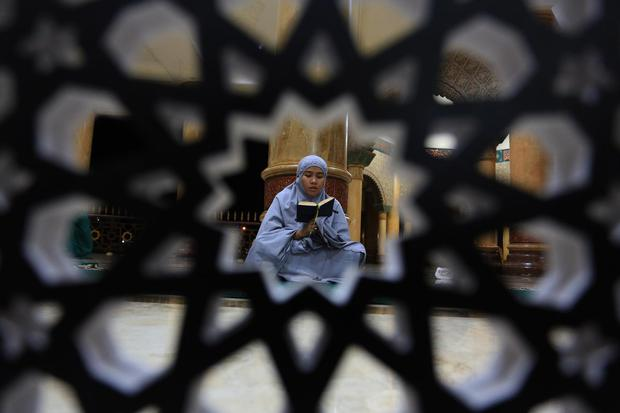 Ilustrasi seorang muslim tengah membaca doa setelah salat tahajud dan witir.