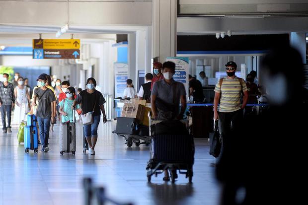 Penumpang pesawat udara berjalan menuju pintu keluar di area Terminal Kedatangan Domestik Bandara Internasional I Gusti Ngurah Rai, Badung, Bali, Rabu (5/5/2021). Menjelang pemberlakuan larangan mudik Hari Raya Idul Fitri 1442 Hijriah pada 6-17 Mei 2021,