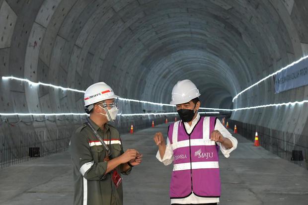Presiden Joko Widodo (kanan) berbincang dengan perwakilan PT KCIC saat meninjau pembangunan tunnel proyek kereta cepat di Bekasi, Jawa Barat, Selasa (18/5/2021). Kereta cepat Jakarta - Bandung ditargetkan dapat beroperasi pada akhir 2022.